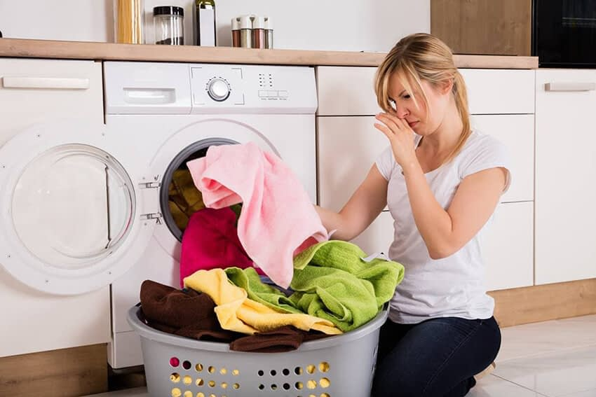 10 Vanliga orsaker till varför dina kläder luktar illa efter tvätt.