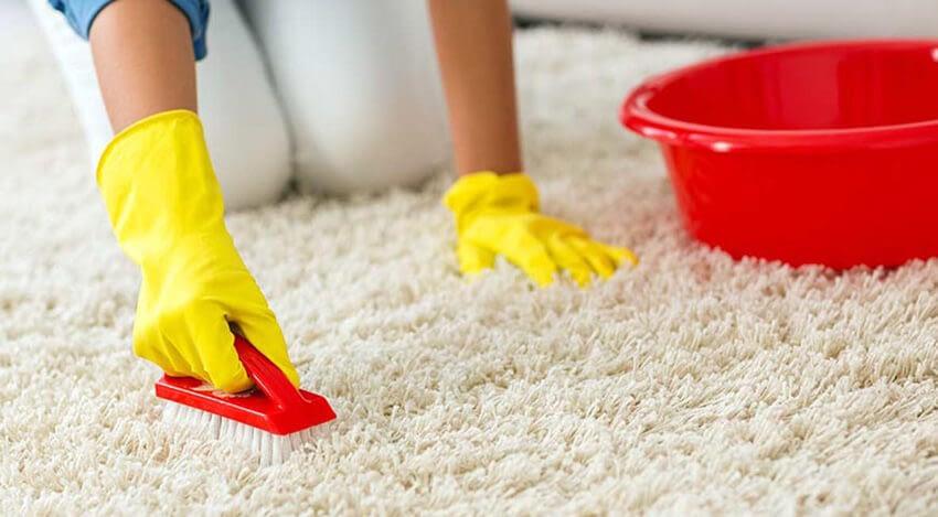 Rengöra mattan med skrubbat