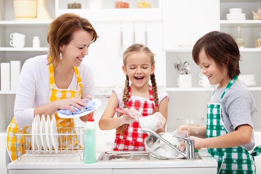 Hur kan barnen hjälpa till med vardagliga sysslor i hemmet?