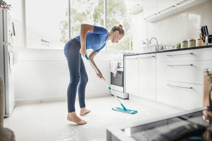 Hur rengör man golvet i köket?