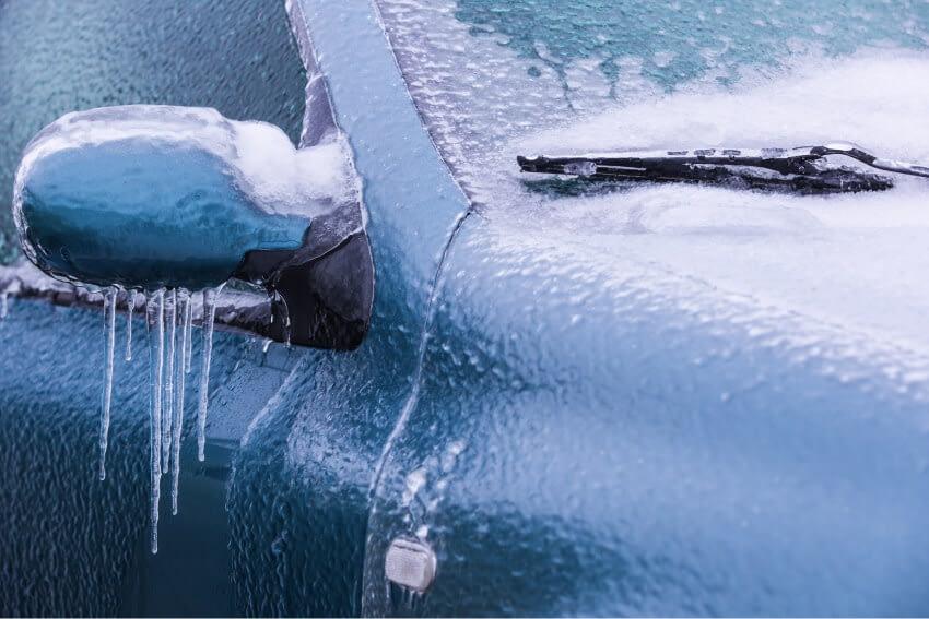 Enkla tips för att ta bort isen från bilen med egna händer