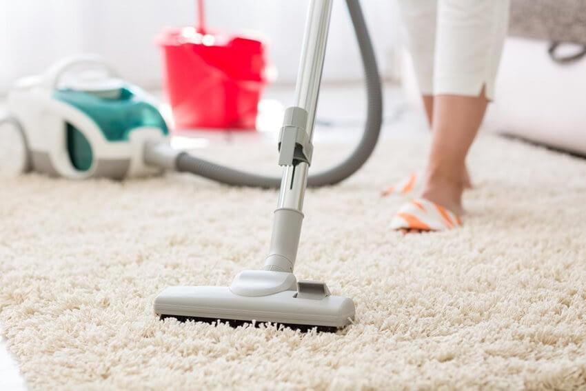 Rengör mattan genom att dammsuga